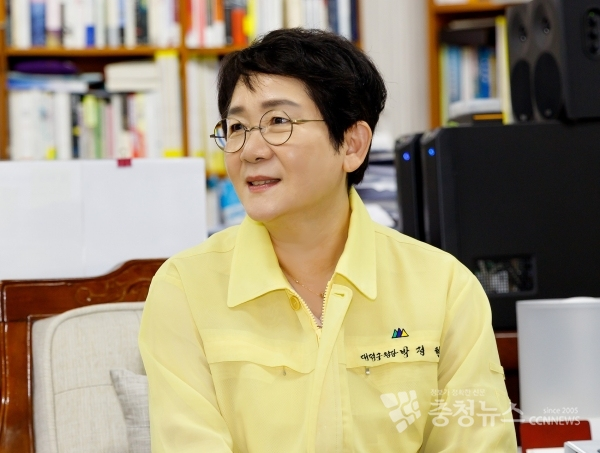 Park Jung-hyun, a female head of Daedeok-gu District Office in Daejeon, during the interview with Chungcheong News. /Photo by Minyeong Jo