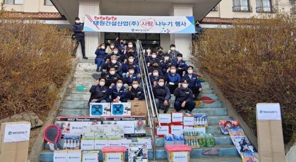 태원건설산업㈜(대표 박재현)은 지난 10일 대전 서구 아동보육시설인 후생학원을 찾아 위문품 전달 및 시설 보수 봉사를 펼쳤다.