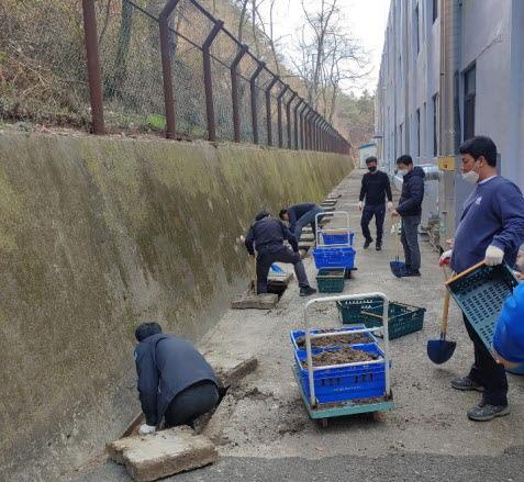 태원건설산업, 후생학원 외부 배수로 정비 모습.